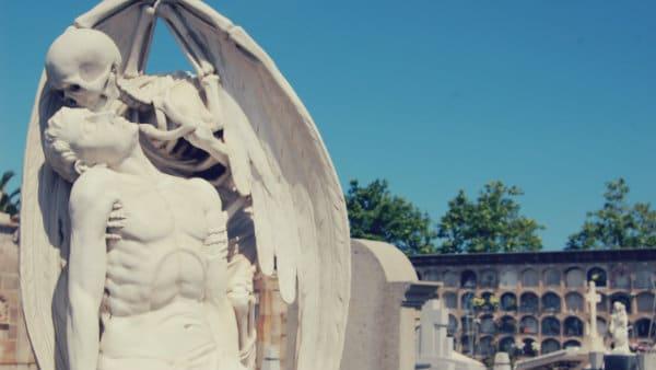 Beso de la Muerte sculpture - Cementerio de Poblenou
